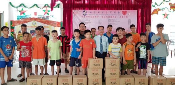 胡志明市台灣商會會長鄭文忠、秘書長林裕雄代表商會前往看望與贈送禮物給舊邑郡兒童輔育中心。