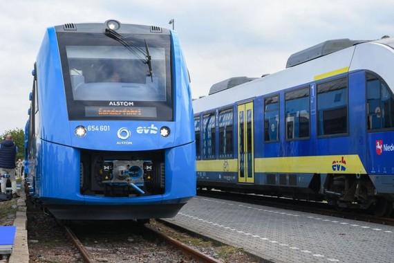法國火車製造商阿爾斯通(Alstom)製造的第一列氫動力火車,16日抵達德國布雷梅爾弗爾德市,加入營運。(圖源:AFP)
