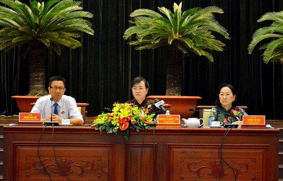 市人民議會主席阮氏決心(中)與兩位市人民議會副主席共同主持會議。(圖源:PC)