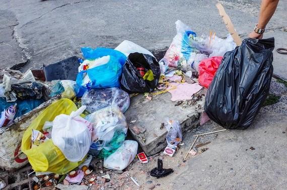 一袋袋的垃圾堵塞住沙井口,積水又怎能暢通排走?