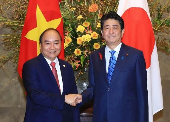 阮春福總理會見日本首相安倍晉三。(圖源:越通社)