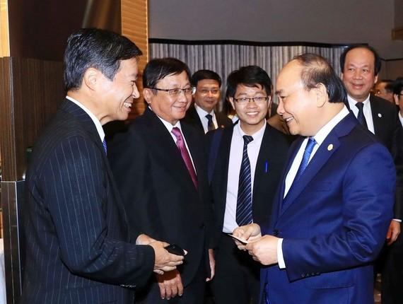 政府總理阮春福與日本企業交談。(圖源:越通社)