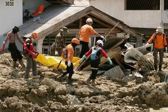 10月10日,在印度尼西亞中蘇拉威西省帕盧市希吉縣,救援人員運送遇難者遺體。當日,印尼抗災署發言人蘇托波稱,中蘇拉威西省9月28日發生的強烈地震及海嘯已造成2045人死亡。(圖源:新華網)