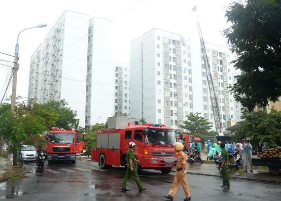 消防隊趕抵現場滅火,並展開救援工作。(圖源:越通社)