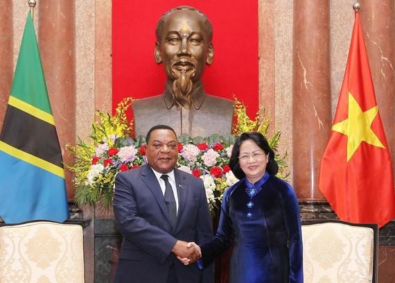 國家代主席鄧氏玉盛(右)接見坦桑尼亞外交與東非合作部長奧古斯丁‧馬希加。(圖源:越通社)