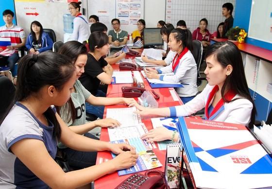 學員在本市一所外語中心報名。