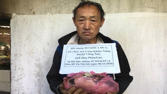 被抓獲的運毒犯何庫努與贓物。(圖源:公安機關提供)