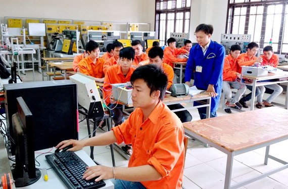 越德技工高等院校學生在電工機械實習室內進行實習。(示意圖源:互聯網)