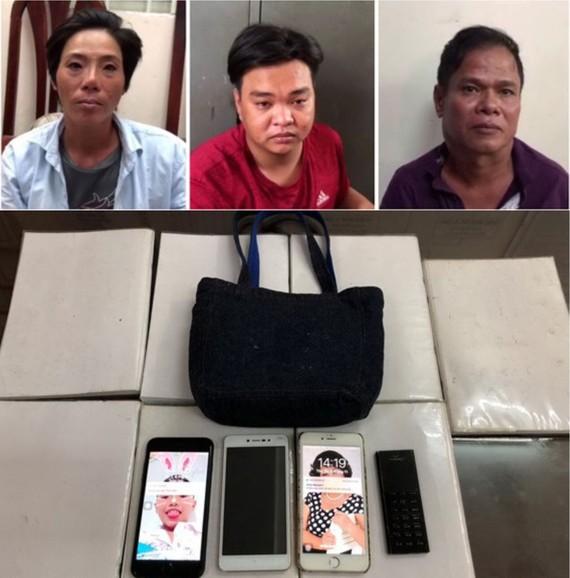 被抓獲的3名歹徒與涉案物證。