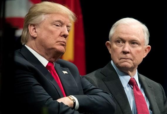 塞申斯(右)多次被特朗普批評工作表現。(圖源:互聯網)