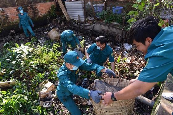 志願隊員們在新順東坊地盤上清理垃圾。