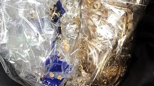 Tang vật thu giữ được trong vụ trộm tiệm vàng. Anh: TUẤN QUANG