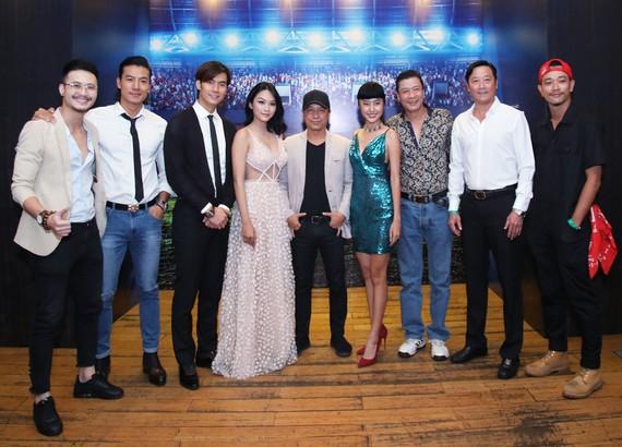 Lê Huỳnh Đức (áo trắng, thứ 2 từ phải qua) cùng dàn diễn viên trong phim
