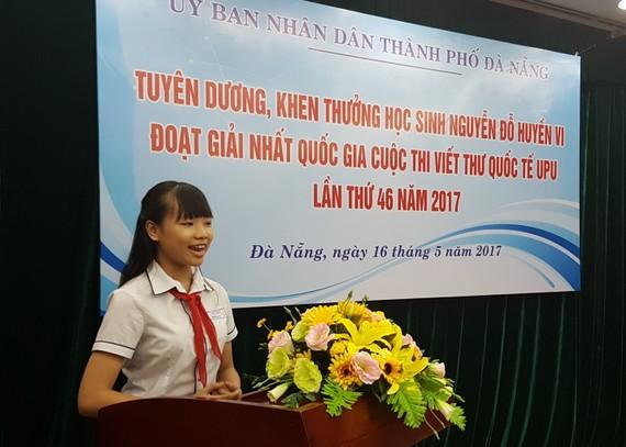 Em Nguyễn Đỗ Huyền Vi chia sẻ suy nghĩ khi viết bức thư đoạt giải nhất quốc gia UPU. Ảnh: NGUYÊN KHÔI