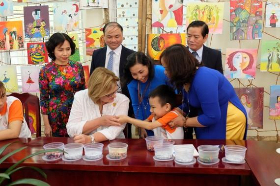 Phu nhân Tổng thống Peru thăm hỏi các cháu được nuôi dưỡng tại Trung tâm