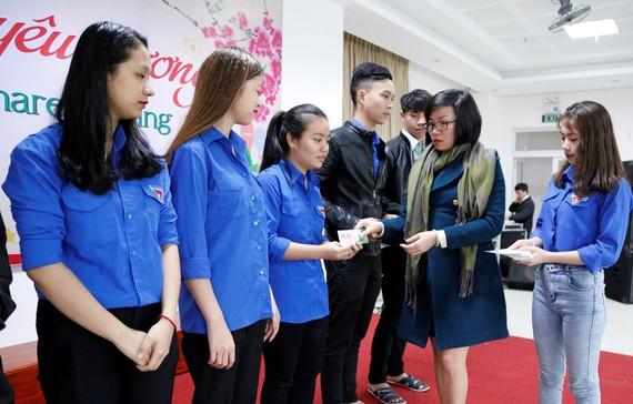 """Ban tổ chức chương trình """"Xuân yêu thương"""" của Trường Đại học Đông Á trao vé xe cho sinh viên nghèo về quê ăn tết"""