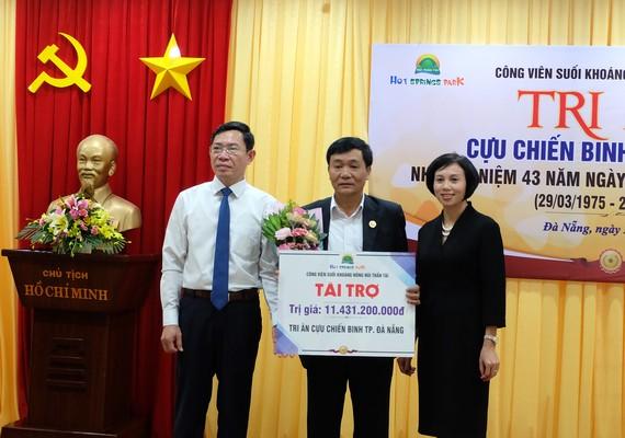 Đại diện Công ty CP DHC Suối Đôi trao bảng tài trợ cho Hội Cựu chiến binh TP Đà Nẵng