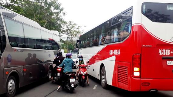 Ô tô đậu đỗ làm ùn tắc giao thông trên đường Nguyễn Thái Học