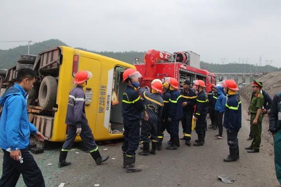 Hôm 12-2, xe khách chở công nhân về quê bị lật khiến 2 người chết, 15 người bị thương