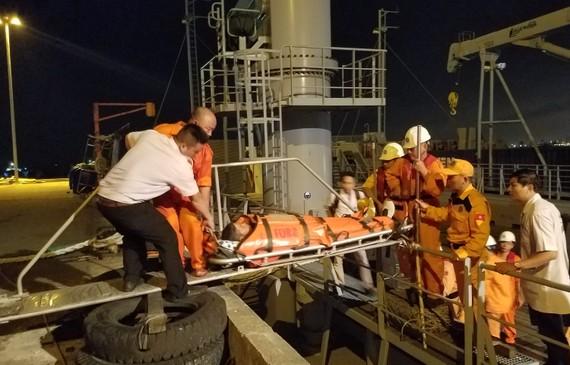 Nạn nhân được đưa lên bờ và chuyển đến bệnh viện cấp cứu