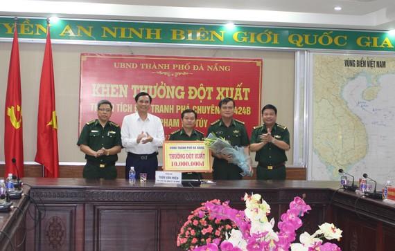 Ông Trần Văn Miên, Phó Chủ tịch UBND TP Đà Nẵng thưởng nóng cho Bộ đội Biên phòng TP Đà Nẵng vì đã phá vụ án ma tuý
