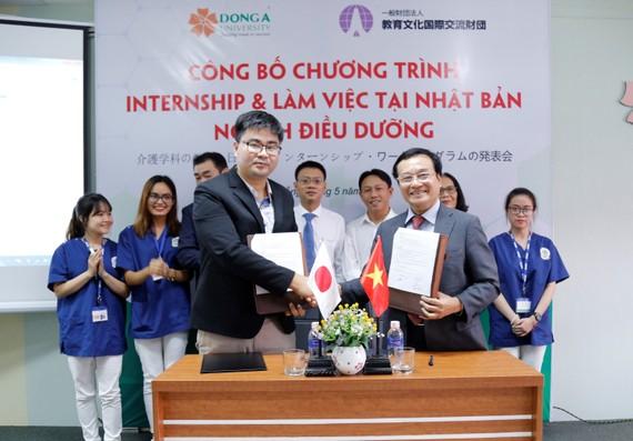 Ông Kazuya Katou – Viện trưởng Học viện giáo dục Nanakamado và ông Lương Minh Sâm – Phó Hiệu trưởng Đại học Đông Á ký kết hợp tác chương trình internship và làm việc tại Nhật cho sinh viên Điều dưỡng