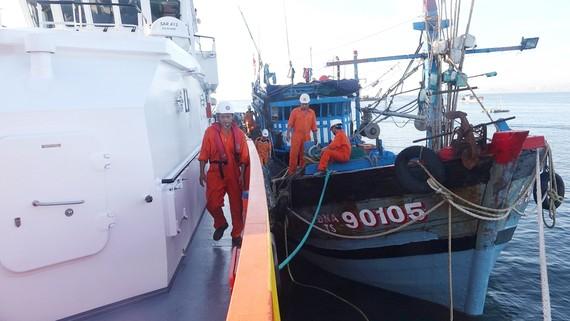 Tàu SAR 412 đã đưa toàn bộ 6 ngư dân và tàu ĐNa 90105 TS về đến đất liền an toàn