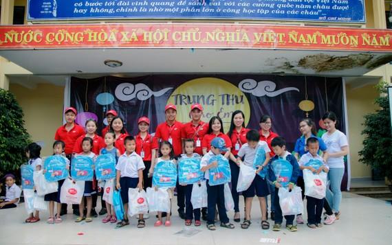 Tặng quà trung thu cho trẻ em tại xã miền núi Hòa Phú (Hòa Vang, Đà Nẵng)