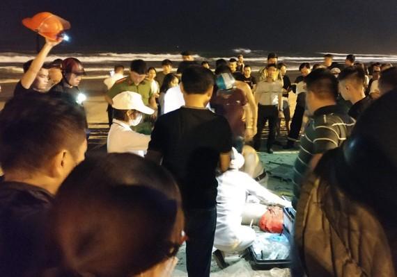 Lực ượng cứu hộ đang sơ cứu các nạn nhân