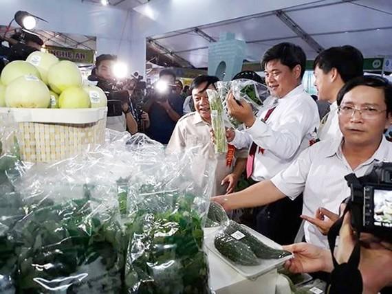 Thứ trưởng Bộ NN-PTNT Trần Thanh Nam thăm các gian triển lãm