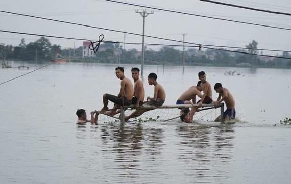 Nhiều nơi ở ngay ngoại thành Hà Nội vẫn đang ngập lụt kéo dài hơn 10 ngày nay do nước rút quá chậm vì mưa liên miên