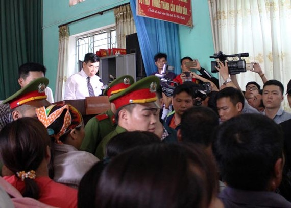 The chaos at the public apology meeting to Mr. Han Duc Long in Bac Giang province on April 25 (Photo: SGGP)