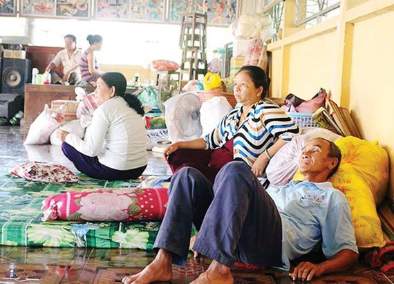 Residents shelter in a pagoda in My Hoi Dong commune, Cho Moi district, An Giang after removing from landslide prone areas (Photo: SGGP)