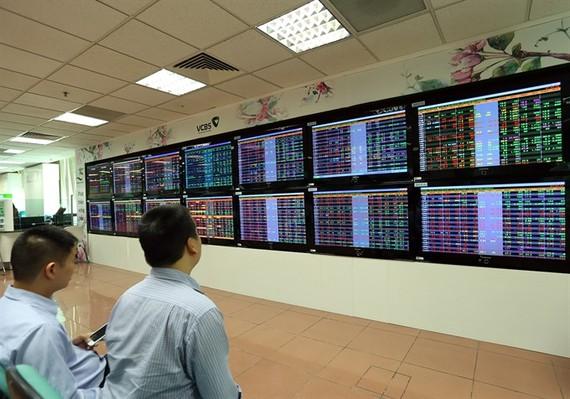 Investors watch stock moves at Vietcombank Securities Company. (Photo VNA/VNS)