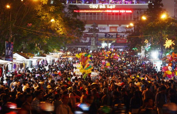 The road to Da Lat market crowded with visitors on April 29 (Photo: SGGP)