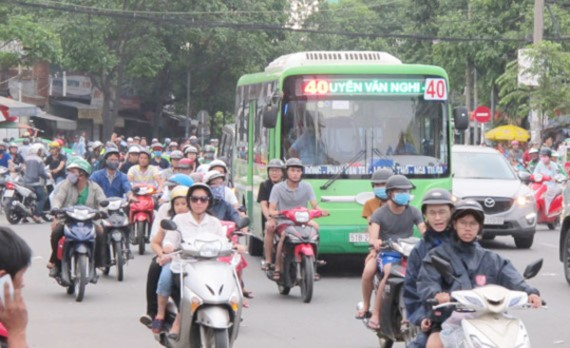 People travel back to HCMC to work after the four day Reunification Day and May Day holiday on May 2