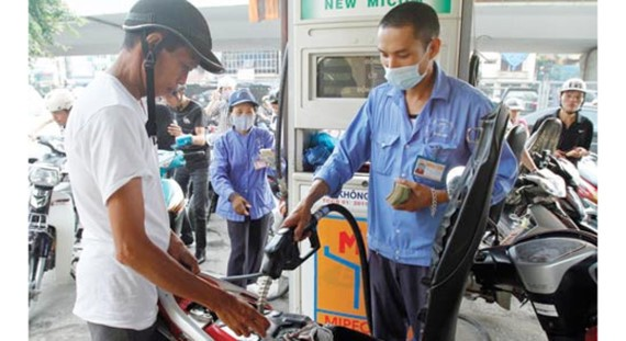 The domestic retail price of petroleum decreased by VND309 to cost VND17,274 (77 US cents) per litre as of 3pm on Friday. (Photo: SGGP)