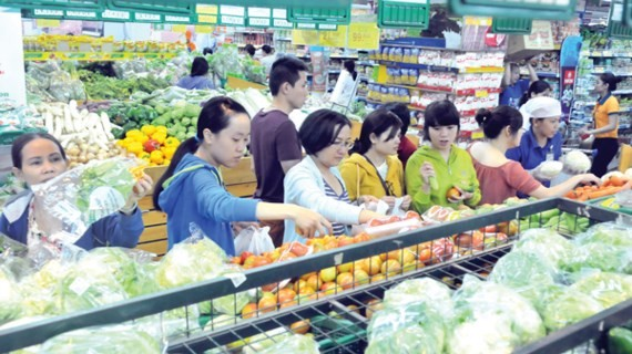 Consumers buy goods at Co.opmart (Photo: SGGP)