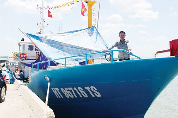 A fisherman on his new steel hulled vessel built under Decree 67 in Ha Tinh province (Photo: SGGP)