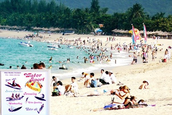 A beach crowded with holidaymakers in Nha Trang city, Khanh Hoa province (Photo: SGGP)