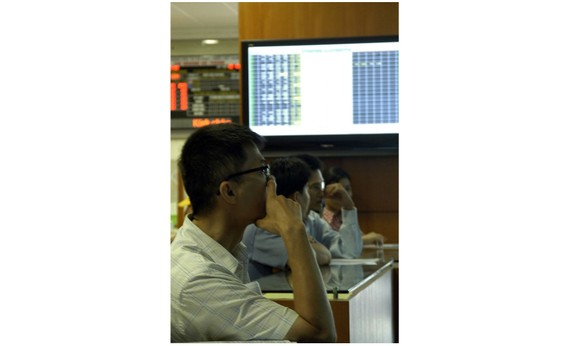 Investors monitor market movements at Bao Viet Securities Company in Hanoi (Photo: VNS)