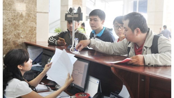 Businesses submitting documents the  HCMC Taxation Department (Photo: SGGP)