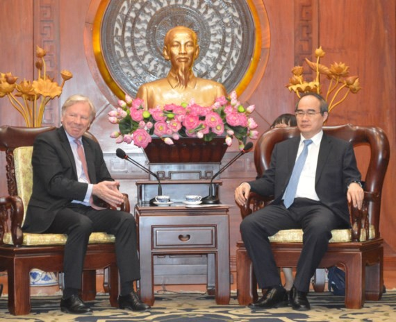HCMC Party Leader Nguyen Thien Nhan (R)receives Mr. Stefan Sjostrom, deputy chairman of Microsoft on June 16 (Photo: SGGP)  ​