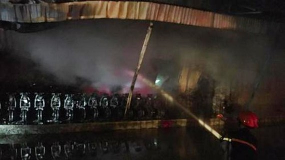 The fireman hoses water on the blaze at Noi Bai Industrial Park last night (Photo: SGGP)