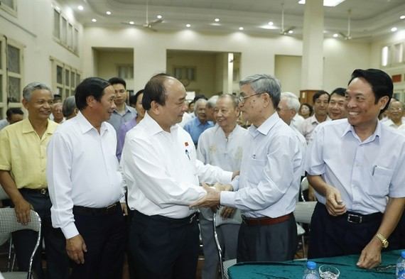 Prime Minister Nguyen Xuan Phuc talks to voters.  (Photo:  VNA/VNS)