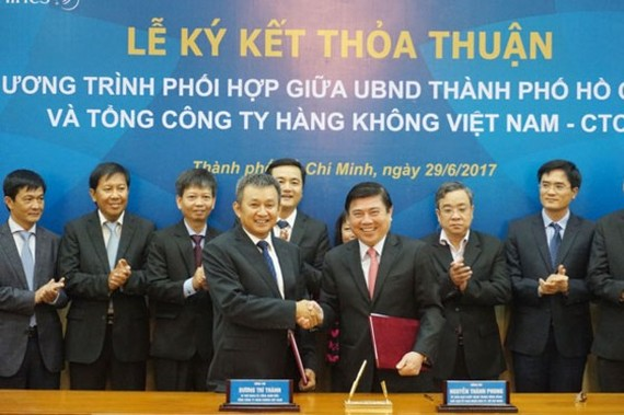 HCMC and Vietnam Airlines sign tourist development cooperation agreement on June 29 (Photo: SGGP)