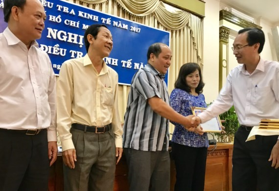 Standing deputy chairman of the HCMC People's Committee Le Thanh Liem commends districts well implementing 2017 economic census (Photo: SGGP)
