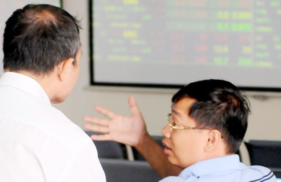Investors at a stock exchange (Illustrative photo: SGGP)