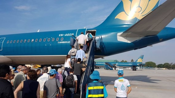 Passengers boarding a plane at Tan Son Nhat Airport (Photo: SGGP)