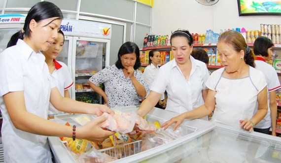 Consumers purchase food at a convenient store in HCMC (Photo: SGGP)